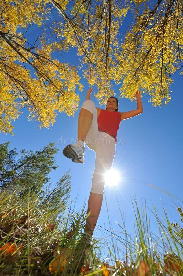 jogging скача напольные детеныши женщины стоковое изображение rf