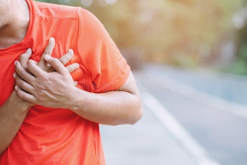 Jogging działająca atleta ćwicząca obsługuje mieć klatka piersiowa ból podczas gdy obraz stock