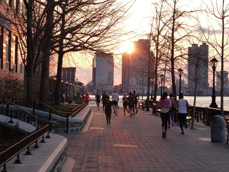Jogging hudsonem Nowy Jork przy zmierzchem fotografia stock