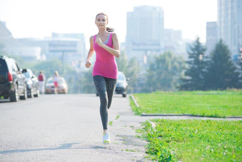Jogging kobieta bieg w miasto parku obrazy royalty free