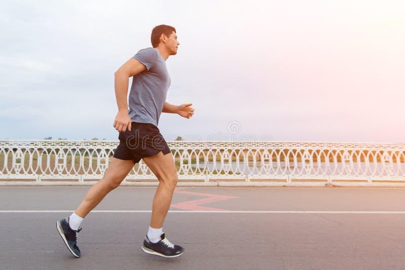 Jogging styl życia - młody atrakcyjny mężczyzna biega outdoors zdjęcie stock