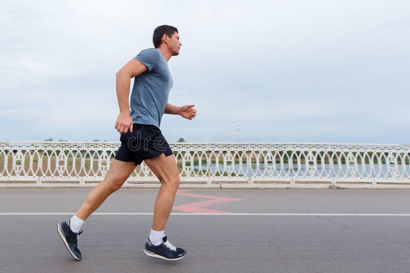 Jogging styl życia - młody atrakcyjny mężczyzna biega outdoors obrazy stock
