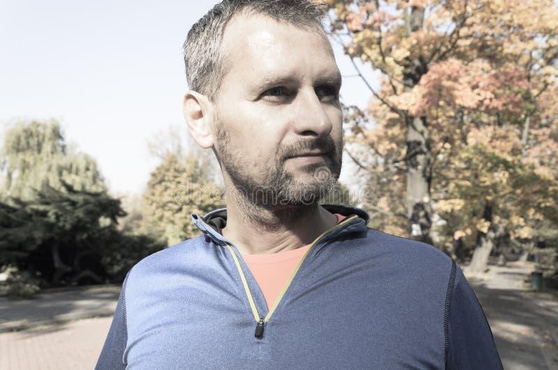 Joggingmens in dichte omhooggaand van het de herfstpark royalty-vrije stock foto's