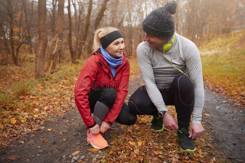 Joggingtijd tijdens de herfst stock afbeelding