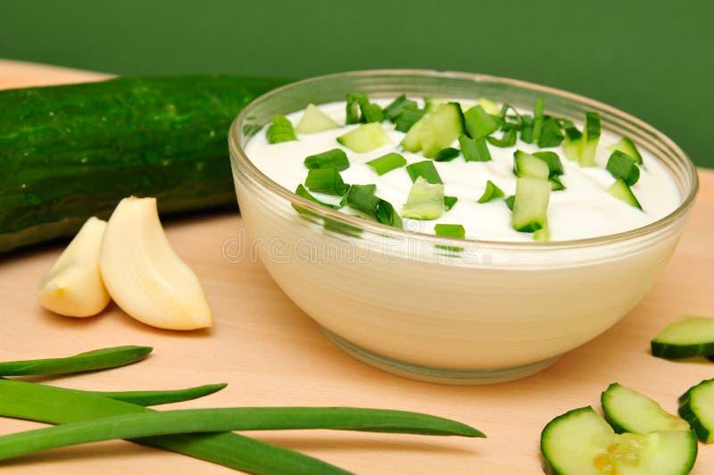 Download Joghurt mit Gurke stockfoto. Bild von vorstand, weiß, knoblauch - 9088140