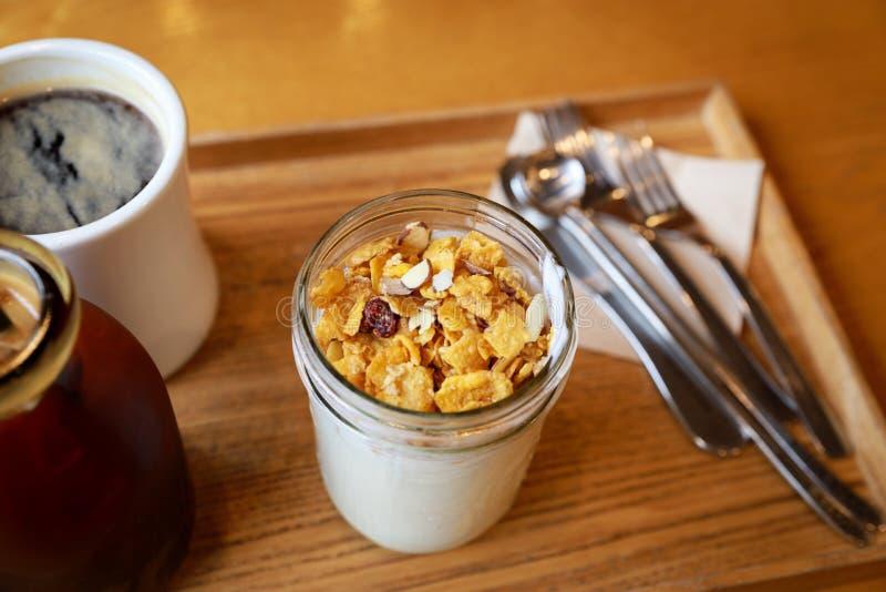 Joghurt mit muesli stockfotos