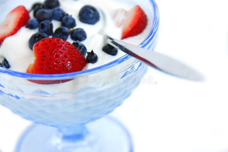 Joghurt und Beeren stockbild
