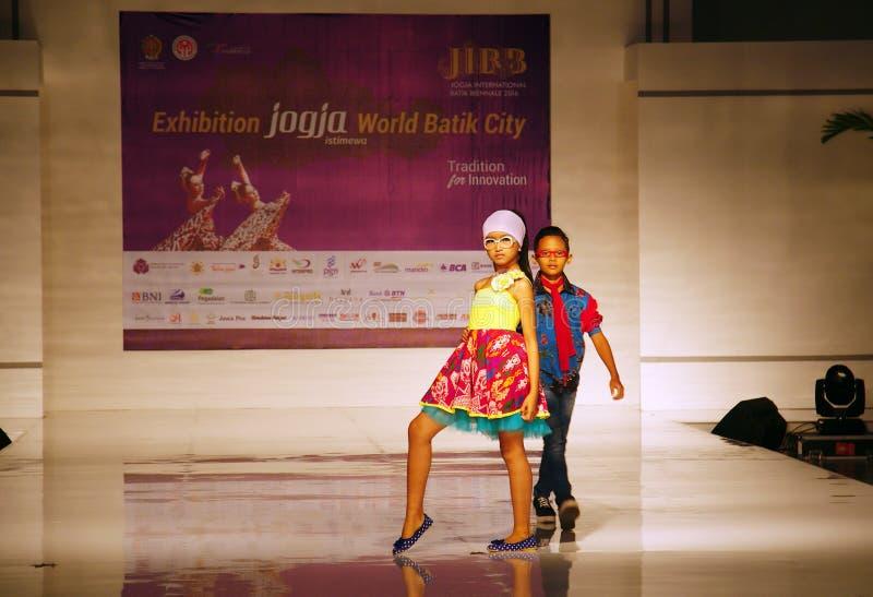 Jogja国际蜡染布比安奈尔2017年,蜡染布时装表演 免版税库存图片