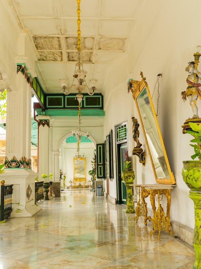 JOGJA,印度尼西亚- 2O17 8月12, :一个迷人的大厅的室内看法有金黄玻璃和一些白色典雅的灯的 库存照片