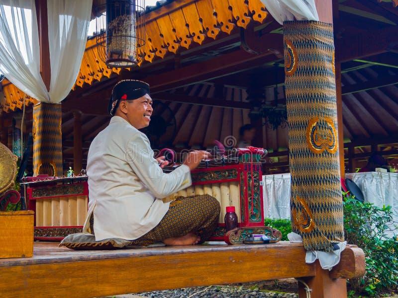 JOGJA,印度尼西亚- 2O17 8月12, :执行传统乐器的艺术家音乐家叫Jegog Suar阿贡 免版税图库摄影