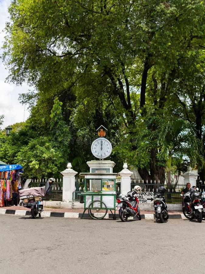 JOGJA, INDONÉSIE - 12 août, 2O17 : Fermez-vous de quelques motos garées dans la rue, autour d'une maison urbaine de ville pauvre  photos libres de droits