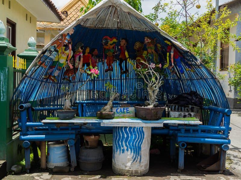JOGJA, INDONÉSIE - 12 août, 2O17 : Fermez-vous des arbres assortis de bonsaïs dans un pot au-dessus de table en bois, dans le jog photo stock