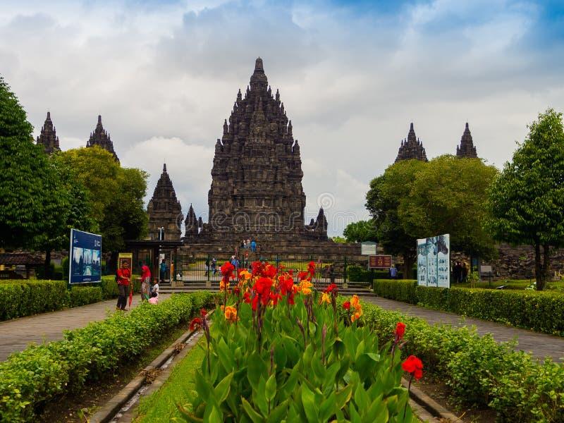 JOGJA, INDONÉSIE - 12 août, 2O17 : Les personnes non identifiées presque marchant d'un beau jarden avec un temple de Prambanan de image libre de droits