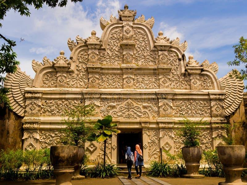 JOGJA, INDONESIA - 12 agosto, 2O17: Gente non identificata all'introduzione dei sari di Taman di Yogyakarta sull'isola di Java immagini stock libere da diritti