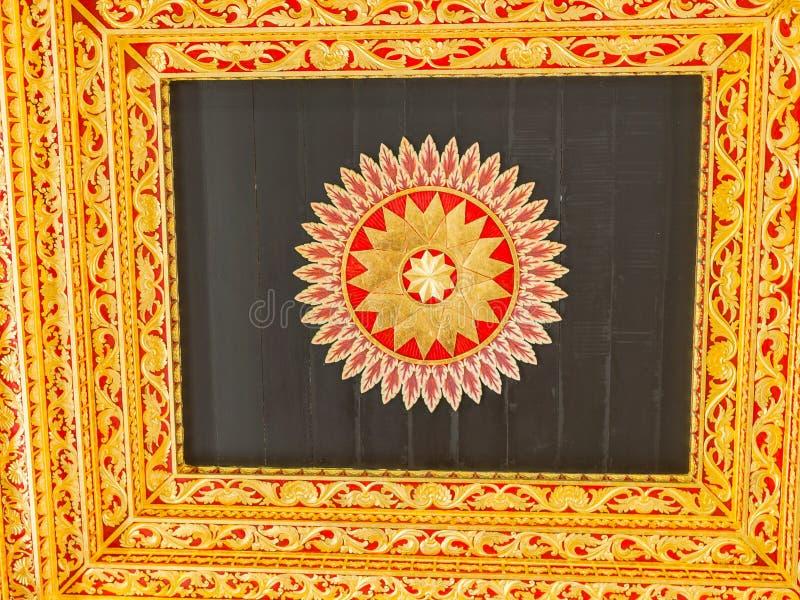 JOGJA, INDONESIEN - 12. August, 2O17: Innenansicht eines gloden Rahmens innerhalb eines Tempels des Taman-Sari-Wasserpalastes von lizenzfreies stockbild