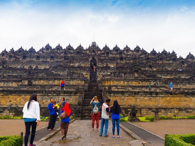 JOGJA INDONESIEN - AUGUSTI 12, 2O17: Oidentifierat folk som nära går av en härlig Borobudur tempel i Indonesien royaltyfria bilder