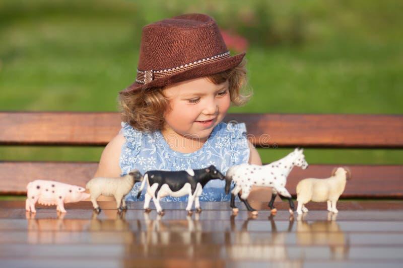 Jogo adorável da menina com brinquedos animais fotografia de stock royalty free