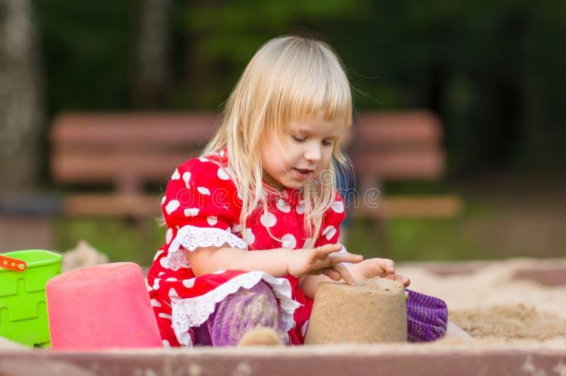 Download Jogo Adorável Da Menina Com Os Brinquedos Na Caixa De Areia Imagem de Stock - Imagem de criança, ponto: 26522379