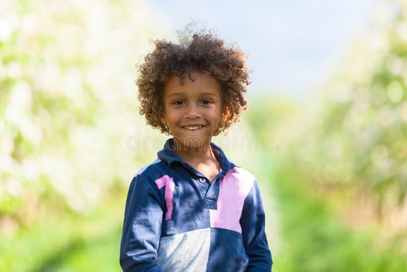 Jogo afro-americano bonito do rapaz pequeno exterior foto de stock royalty free