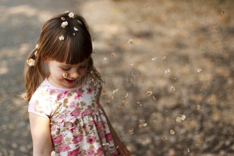 Jogo alegre da menina exterior imagem de stock