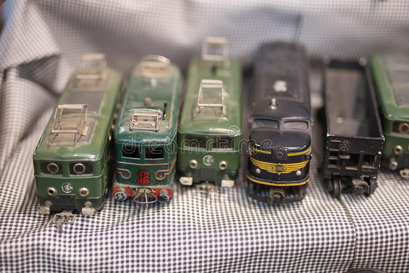 Jogo antigo do trem do vintage: Dusty Plastic Locomotive preto fotografia de stock royalty free