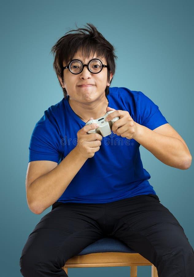 Jogo asiático da tevê do jogo do homem fotografia de stock