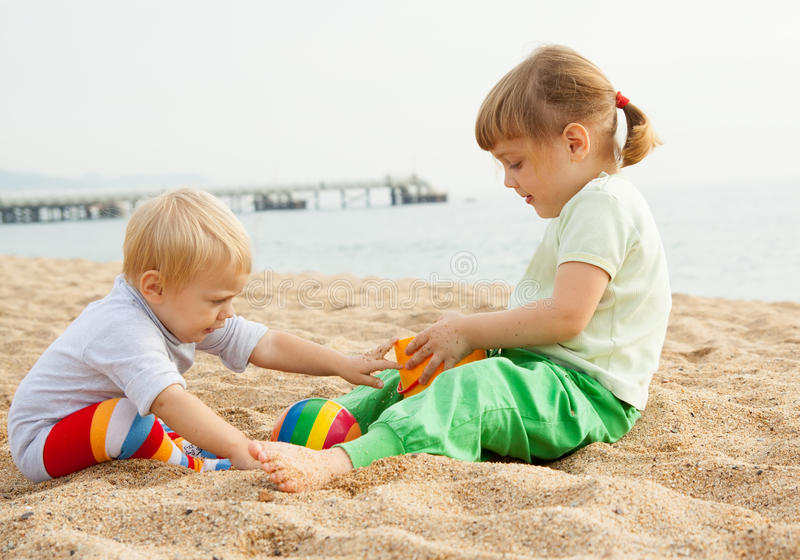Jogo bonito das meninas na praia fotografia de stock