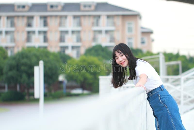 Jogo chinês asiático da estudante universitário no campo de jogos fotografia de stock royalty free