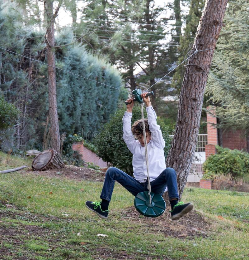 Jogo com linha do fecho de correr no jardim imagens de stock royalty free
