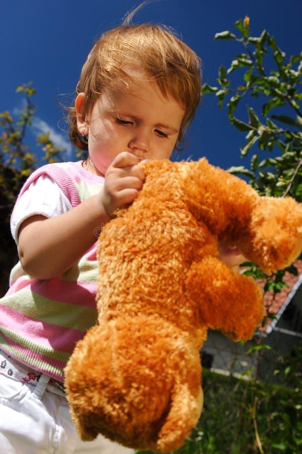 Jogo com o urso de peluche fotografia de stock
