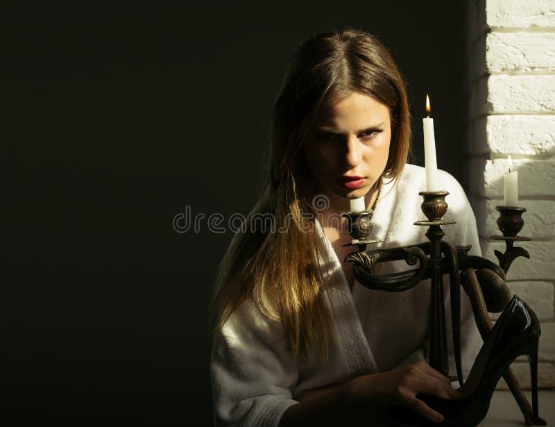Jogo com perigo Mulher com sapata e castiçal do salto alto com serpente Jovem mulher com a sapata longa da forma da posse do cabe foto de stock royalty free