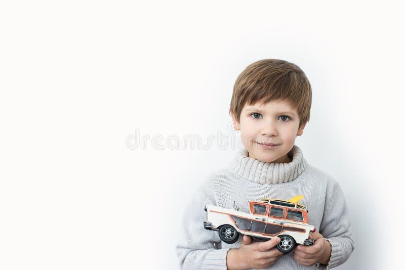 Jogo com um carro retro fotos de stock royalty free