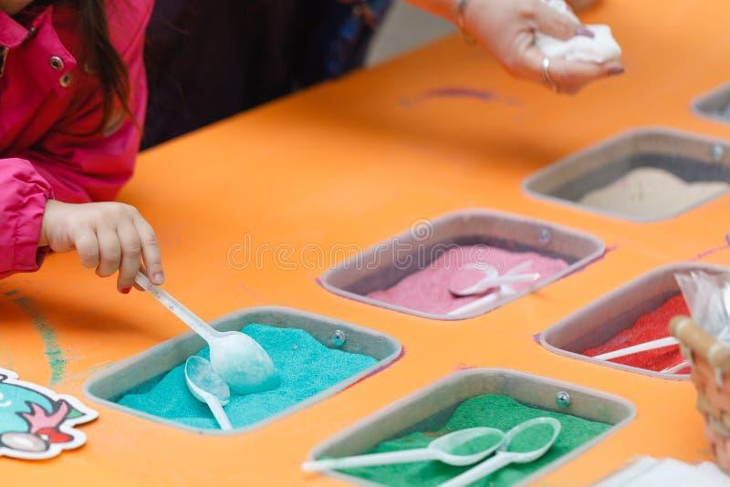 Jogo da criança com a areia cinética para crianças fotografia de stock