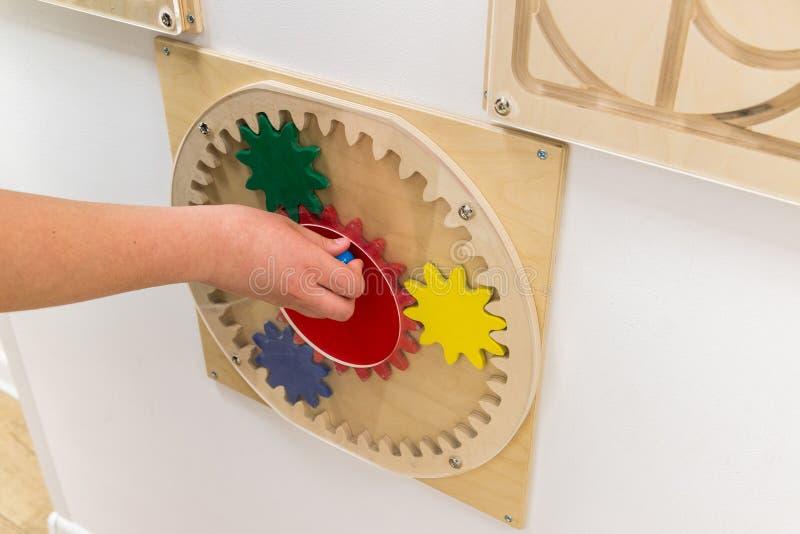 jogo da criança dos jogos educacionais que penduram na parede fotos de stock