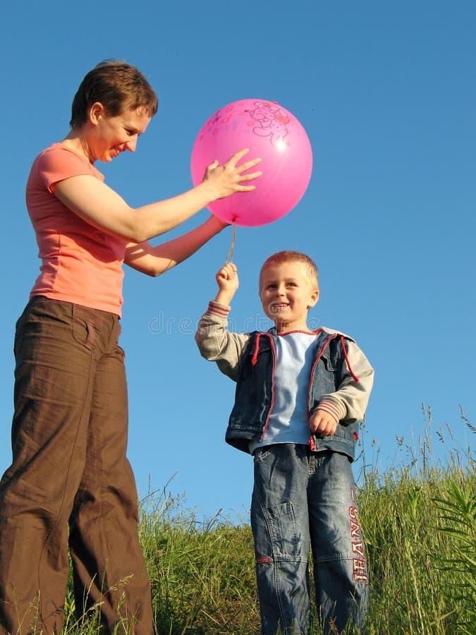 Jogo da criança e da mãe com bola