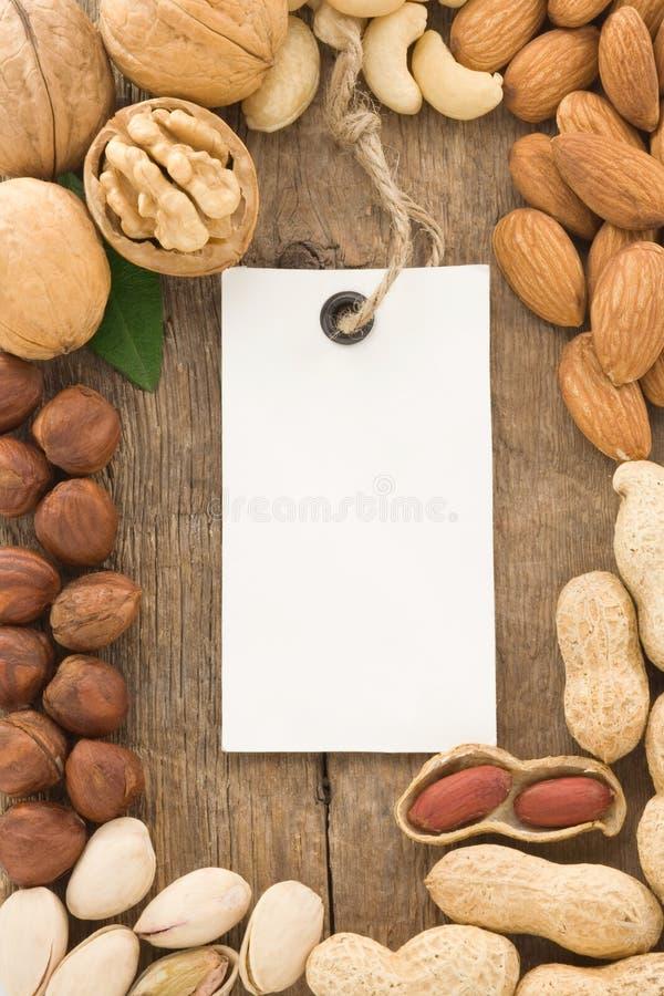 Jogo da etiqueta nuts da fruta e do Tag na madeira fotografia de stock royalty free