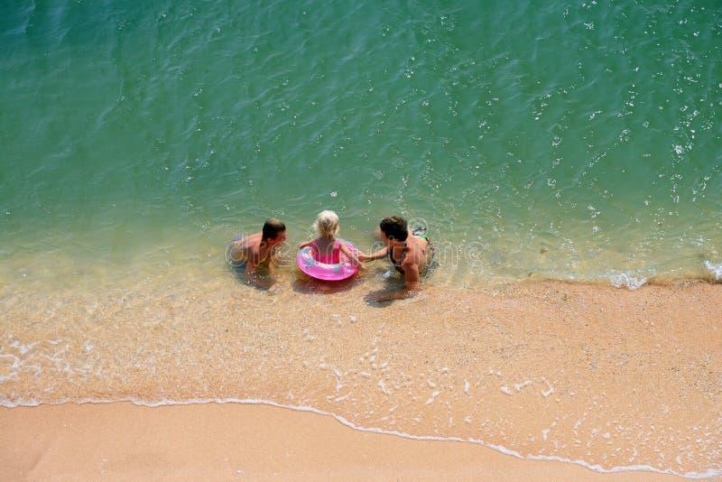 Jogo da família em uma praia imagens de stock royalty free