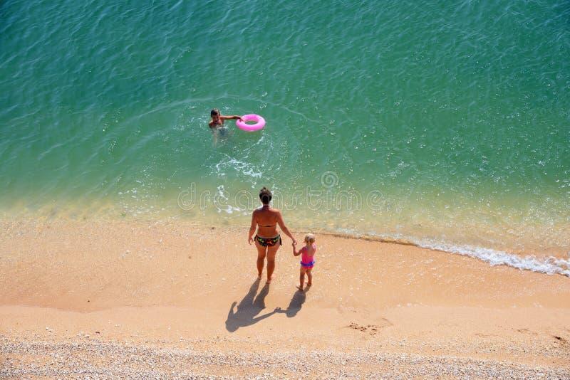 Jogo da família em uma praia fotografia de stock royalty free