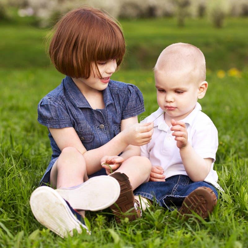Jogo da irmã e do irmão foto de stock