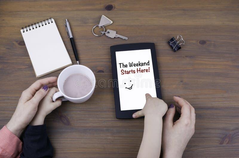 Jogo da mãe e da criança no tablet pc O fim de semana começa aqui! imagem de stock royalty free