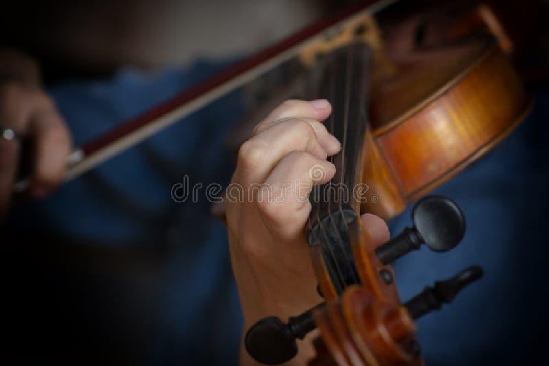 Jogo da música clássica do violinista do jogador do violino Instrumentos musicais da orquestra imagens de stock