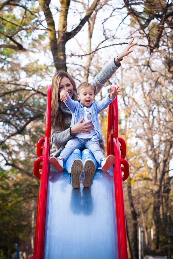 Jogo da mamã e do filho no parque fotografia de stock royalty free