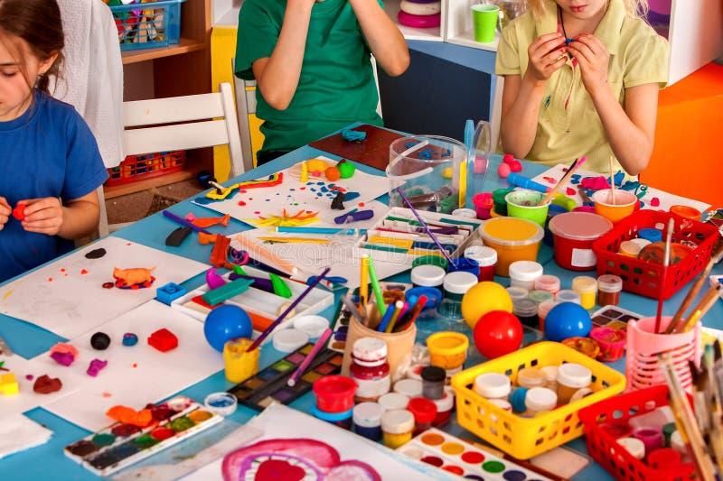Jogo da massa da criança na escola Massa de modelar para crianças fotografia de stock