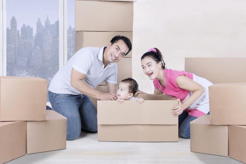 Jogo da menina e dos pais com um cartão fotografia de stock