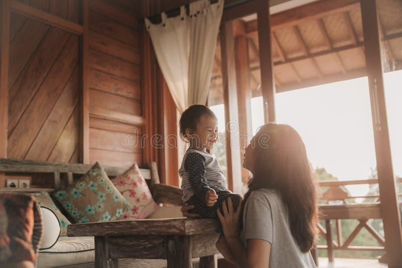 jogo da menina da mãe e da criança imagens de stock