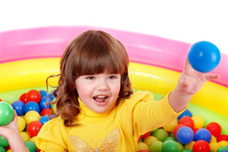 Jogo da menina na esfera colorida do grupo. imagens de stock