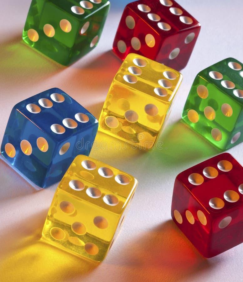Jogo - dados coloridos   imagem de stock