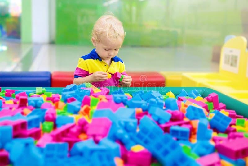 Jogo das crianças Blocos do brinquedo da construção Brinquedos da criança fotos de stock royalty free