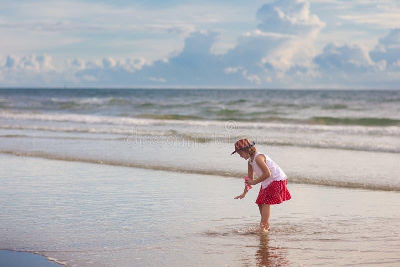 Jogo das crian?as na praia tropical Brinquedo da areia e da ?gua foto de stock
