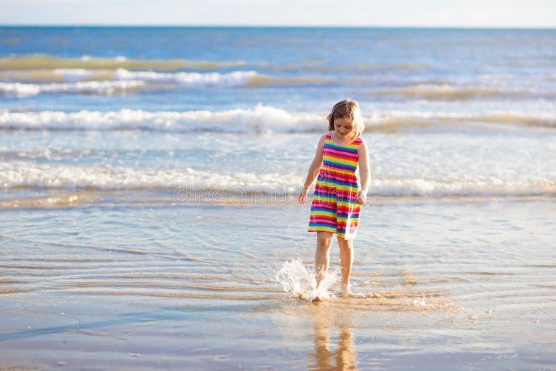 Jogo das crian?as na praia tropical Brinquedo da areia e da ?gua fotografia de stock royalty free